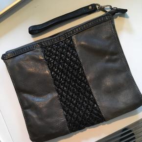 Kan både bruges som håndtaske/clutch og passer også til en tablet 👍