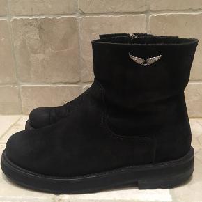 Sælger disse smukke og chunky ruskindsstøvler fra Zadig & Voltaire. Man kan godt se de har været brugt, men de er i super kvalitet og har et langt liv foran sig. 🌟 Sælger dem, da jeg har for mange støvler og ikke længere får dem brugt.