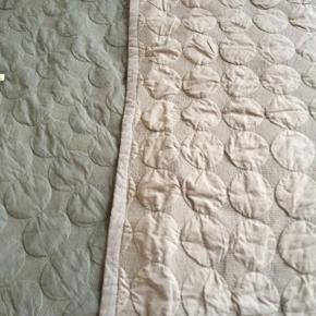 Mega Dot sengetæppe. Mørk grå på den ene side og lys grå på den anden side. Det er pænt og velholdt, dog er der et lille stykke på den mørke side der er lidt solbleget 235x245