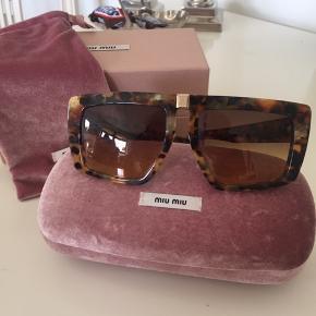 Sælger disse Miu Miu solbriller, da jeg ikke får dem brugt.  Alt på billedet følger med.  Købt for 2360 kr (315 €)  Modellen hedder SMU 050