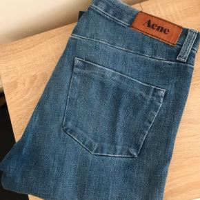 Str. 28 jeans. Sidder tæt og lige fra knæet.
