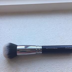 Zoeva powder polish 107 børste. Super til mineral makeup og powder. Kun brugt er par gange og vasket.