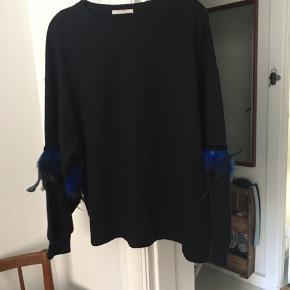 Smuk sort bluse med blå fjer 💙