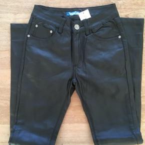 Brand: Lilia Licresse Varetype: Jeans Bukser Skinny. Pleather Læder Look Farve: Sort  Lækre skinny jeans. Sidder perfekt - Svarer i størrelsen til dansk str 34 / en Acne W 27 L 32