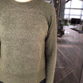 Sweater fra YAS i str. m i en rigtig pæn mørkegrøn frave. Nypris 500kr. Den er lavet af 62% acryl, 25% nylon, 10% uld og 3% elastik.   Den er brugt 2 gange og er fortsat rigtig pæn.