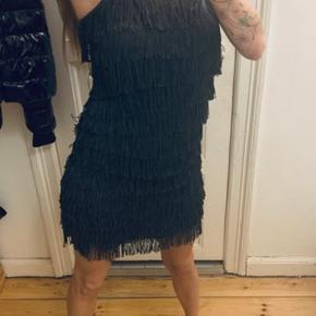 Grå frynse kjole med justerbare stroppe. Brugt 1 gang i Dagens mand.