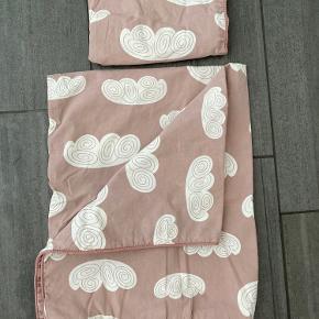 Babysengetøj fra Ferm Living  Tingene kommer fra et dyre og røgfrit hjem. Tøjet er vasket i svanemærket og allergivenligt vaskemiddel.