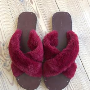 Sælger mine meget bløde og fine sandaler fra Zara. De er brugt meget få gange, og fremstår som nye.
