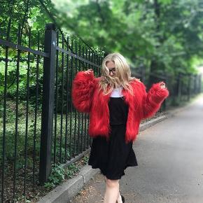 Smukkeste Fake Fur pels, i den flotteste knald røde farv.  Brugt minimalt, yderst velholdt. 400pp