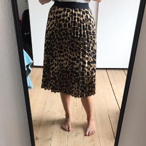 Virkelig fin leopard mønstret plisseret nederdel, med sort bånd i toppen.  Er størrelse M, men passer også fint til størrelse S (er det jeg selv normalt bruger).  Sælges da jeg ikke selv får den brugt.