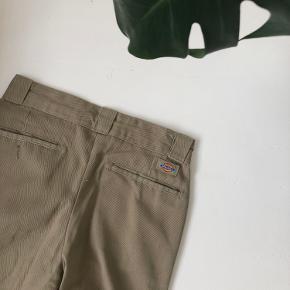 Sandfarvede bukser fra dickies. Købt i wasteland brugt, men ser ud som nye. Passes af en xs/lille s🤠