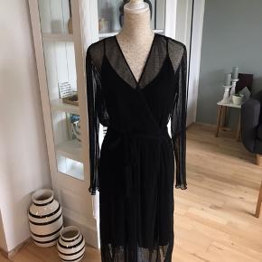 Sælger denne fine slåom kjole, da den ikke passer mig.  Underkjole medfølger. Størrelse 40, men passer også en 38 og en lille 42. Mindstepris er 257 kroner plus porto