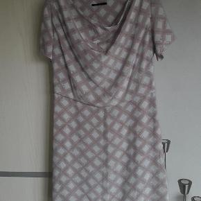 Varetype: Smuk silkekjole   Smuk silkekjole fra Bruuns Bazar. Str. 40. Med lidt vandfalds hals  Brystmål ca. 52 x 2 cm (skal sidde lidt løst foroven) Længde ca. 93 cm  Handler gerne via mobilpay Bytter ikke