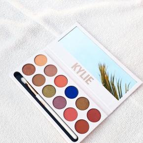 Kylie Cosmetics The Royal Peach Palette 🎨 Original, still have the receipt + receipt for taxes&duties paid. Barely used, as seen on the pictures. Due to hygienic reasons I don't include the brush but I can include it, if you wish to ✨