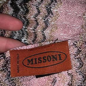 """Super fint missoni tørklæde, har mindre fejl, men ikke noget man ser da stoffet er """"hullet"""" af natur. Pris sat derefter"""