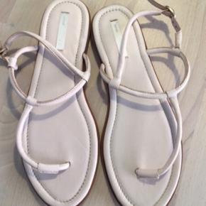 Læder sandaler   OBS: Mindsteprisen er den pris der er angivet i annoncen.  Jeg sletter annoncen når tingen er solgt.