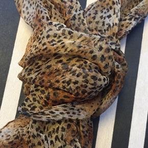 Moderigtigt leopard pyntetørklæde i 100 % viscose - sender gerne :)