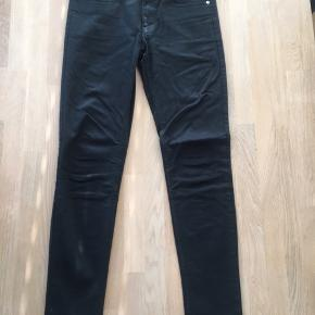 Modellen Shady Stay Black som gør at farven fornyes ved vask.  Størrelse 31/32.  Vejledende salgspris 900kr BYD gerne!