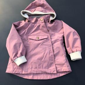 Varetype: Sommerjakke, Model: Wai Farve: Mørk rosa Oprindelig købspris: 670 kr. Prisen angivet er inklusiv forsendelse.  Brugt sparsomt. Uden slid eller pletter. Syner som ny.    Model: Wai  Farve: Nostalgia Rose