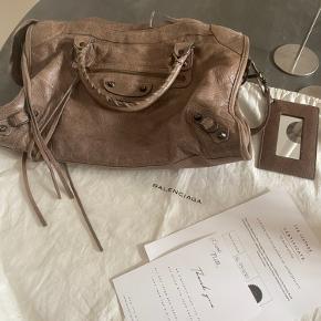 Super flot balenciaga taske som intet fejler.  Købt på the vintage bar og alt derfra følger med (certificatet og dustbag)