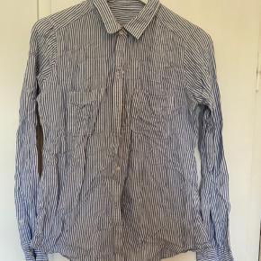 Blå/hvid stribet abercrombie skjorte i str m :)