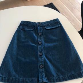 Fineste nederdel i A facon og i kraftig og blød bomulds kvalitet hertil efterår/ vinter. L:52 cm L: 2x36 cm Bytter ikke Mp 300kr po
