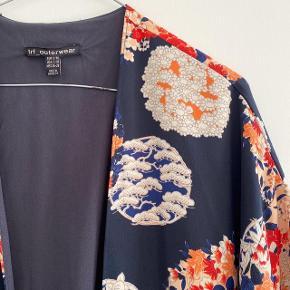 ZARA japansk inspireret kimono, den har desværre nogle tråd udtræk tror jeg det hedder forskellige steder, ikke noget som er stort og man bemærker det ikke   Størrelse: S-M   Pris: 150 kr   Fragt: 39 kr ( 37 kr ved TS handel )