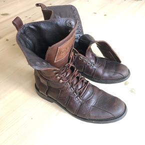 Flotte, høje militærstøvler fra Dolce & Gabbana. Slidt look og hård sål. Kun brugt 2 gange (de er for små til mig).  Det ene snørrebånd mangler (alm. lædersnor)