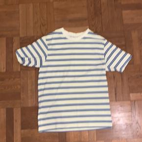 Weekday t-shirt Størrelse small men fitter fedt oversized Næsten aldrig brugt