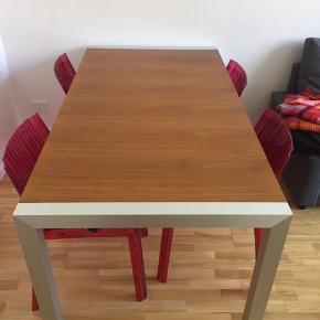 Træbord i mahognitræ. Bordet kan trækkes ud så det bliver 1 m  længere end det allerede er. Det er 90 cm i bredden og 170 cm i længden sådan som det ses længere.  Det er en anelse slidt i siderne. Derfor den lave pris.