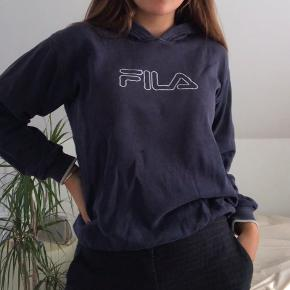"""Vintage hoodie fra Fila. Størrelsen er """"age 14"""" men den svarer til M. Der er brugt en del, så der er også en del tegn på slid, men det er charmen;)"""