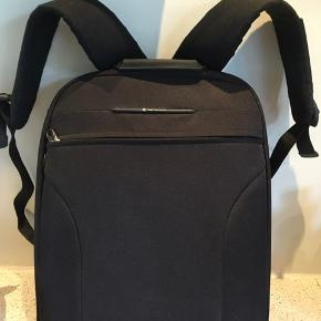 Computerrygsæk/pc-taske.  Helt ny rygsæk med skillevæg og med lomme til pc og mange andre praktiske lommer.  Mål ca 44 x 35 x 12