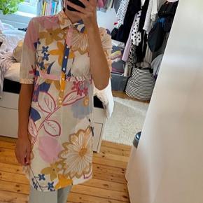 Smuk kjole med flotte blomster fra Tommy Hilfiger. Ingen fejl eller mangler 🧚🏻♀️