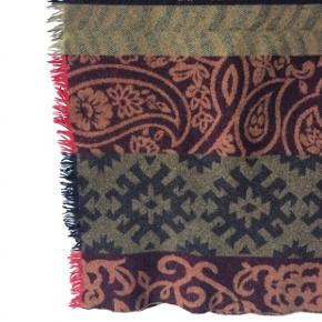 Stort vintagetørklæde.   Måler omkring 180x100 cm - skriv privatbesked for præcise mål. Ingen tegn på slid.  Kan afhentes i Odense M eller sendes med DAO.