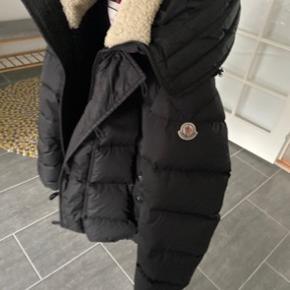 Moncler jakke, størrelse 3. Brugt en sæson. Købt i Vangsgaard Aalborg. Ny pris 12.900kr Mp: 8000kr