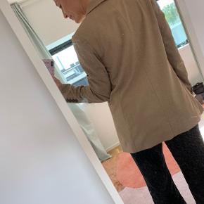 Rigtig fin blazer i brun-beige fra h&m i str. 36. Aldrig brugt ❤️