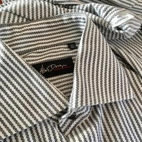 ATLAS DESIGN : Super lækker kvalitets skjorte. Lidt kraftig stof kvalitet.  Vasket efter køb - aldrig brugt. Farve: Hvid og sort Oprindelig købspris: 1100 kr. Sender gerne for købers regning : DAO 39,-