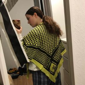 Sælger mit flotte gule lala berlin tørklæde, da jeg simpelthen ikke får det brugt. Det fejler absolut ingenting og modellen er fra 2013