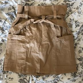 Fed sandfarvet nederdel Har lynlås bagpå og kan bindes i livet Sidder flot Købt i Sydafrika