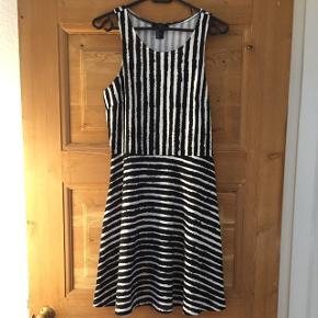 Fin zebra kjole fra H&M. Se indsnit ved brystet. Flot pasform. Brugt max 5 gange.
