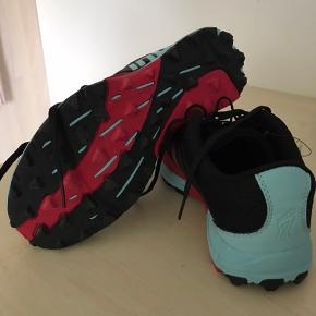 Helt nye Inov8 Terraclaw 250 Womens. Sælges da jeg glemte at sende dem retur. Rigtig gode sko, isæt til trail og ocr.