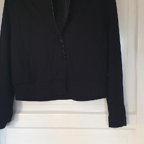 Sort blazer i str. 42 fra Isaksen design   Sort jakke med skind kant og en knap, fra Isaksen design, kan brugs til hverdag og til fest.  Er kun brugt 2 gange.