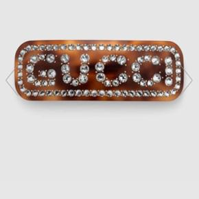 Brunt spænde med hvide krystaller.  120/45 mm. Billederne 1-4 er fra Gucci hjemmeside.  Sælges også i rød samme str.  Har været prøvet på 1 gang.  Købt på Gucci.com.