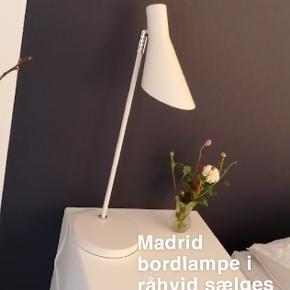Madrid bordlampe købt i bilka. Giver et godt fokuseret lys. Har sølv detaljer ved fod og bagpå.