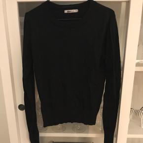 Sort trøje fra Gina Tricot. Str. M men passer bedre en S. Sælges da jeg ikke får den brugt.