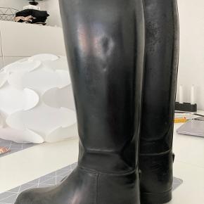 Str: 38 Rigtig fine gummi ridestøvler fra Aigle.  I god kvalitet og med linning.  Højde målt på ryggen 44cm, bredde ved læg 38. Så der er evt plads til et par gode sokker i.