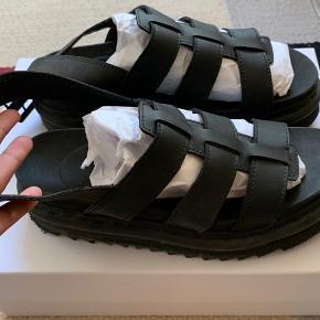 Jeg sælger mine Dr. Martens Yelena sandaler. Indersålen måler 24,3 cm. Lukkes med spænde. Jeg har kun brugt dem 2-3 gange.