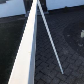 Hay Tøjstativ i hvid Måler 150 x 130 x 60  Har lidt brugstegn fra bøjler ellers i fin stand  Skal hentes i 6740 Bramming