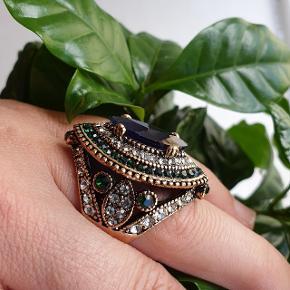 Smuk ring i retro boho/gypsy stil med en masse sten. Helt nye, har 2 styk i medium og 2 styk i large. Fragt 25kr sender med gls  Betaling mobilepay  Se mange andre ting under profilen