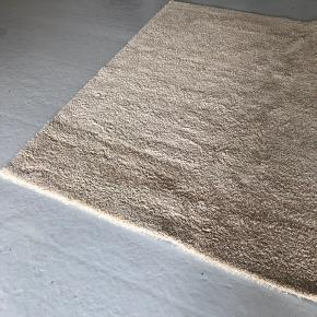 Ægte Ege-tæppe i neutral farve. Måler 2,5 meter x 2,5 meter. Helt som nyt. Ny pris ca 4500